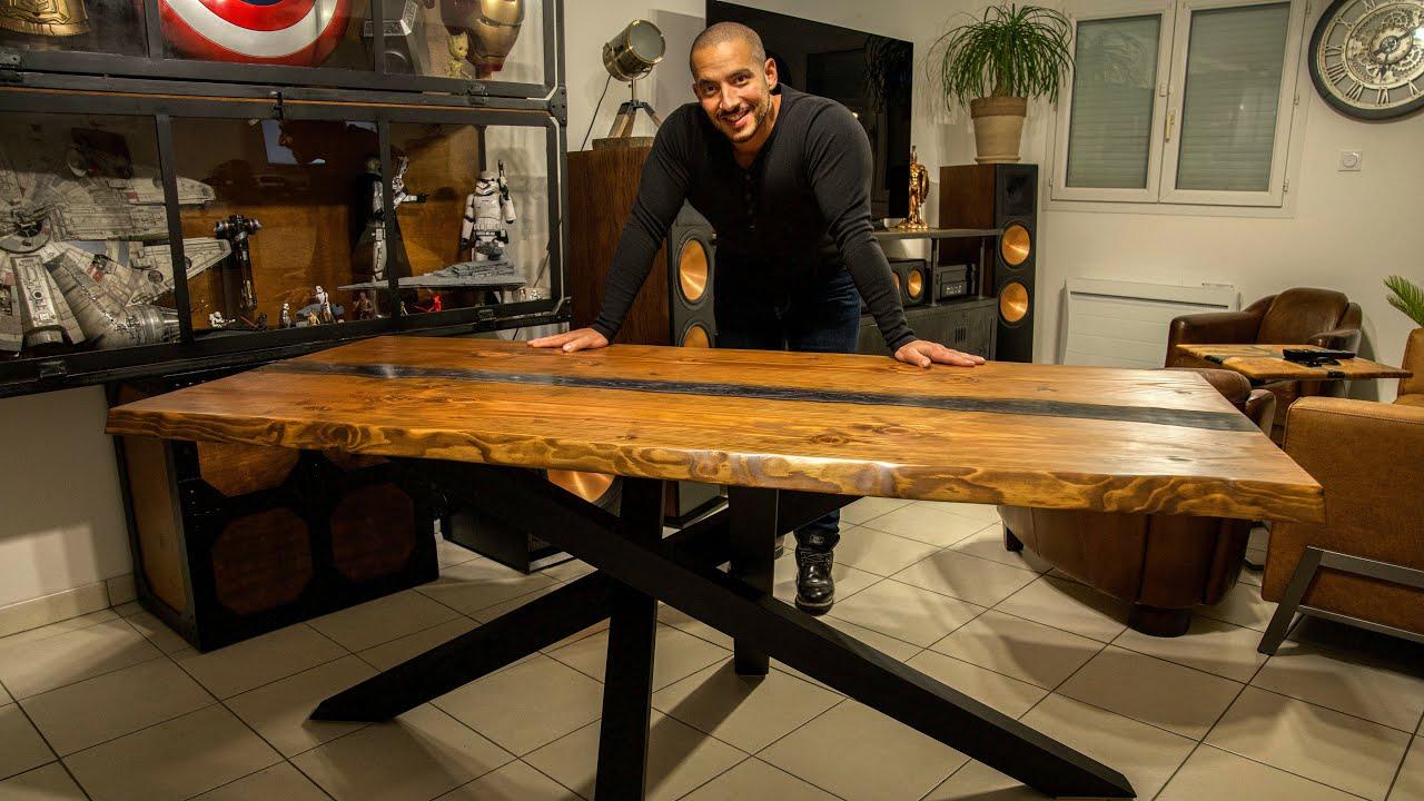 Table à manger en bois massif, résine epoxy et métal