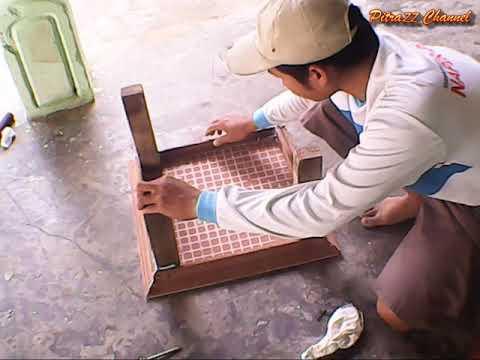 Membuat meja kecil dari keramik lantai dan kayu bekas menggunakan alat seadanya.