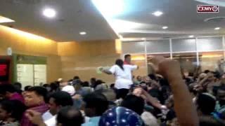 Orang ramai bergelut untuk mendapatkan borang baucar RM200