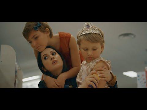 Смотреть клип Laura Marano - Me And The Mistletoe