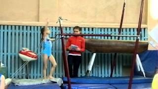 спортивная гимнастика.Ксюня на брусьях.декабрь 2012