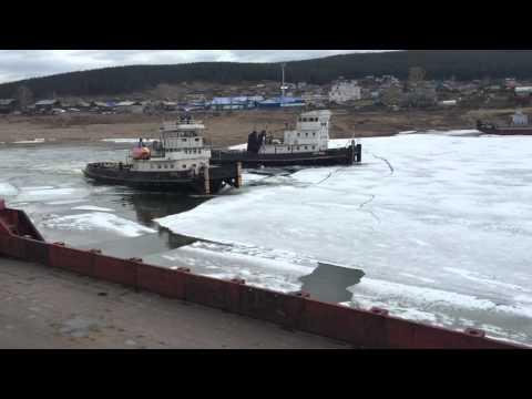 Вскрытие реки Лена , теплоходами.