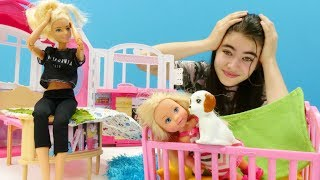 Barbie oyunu. Chelsea eve gizlice köpek alıyor