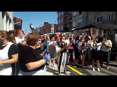 Cacerolada de los vendedores de la plaza por los cambios en el mercadillo de Vilagarcía