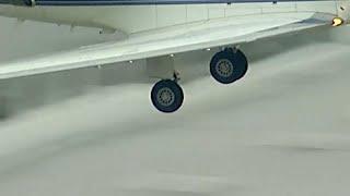 شاهد: هبوط اضطراري لطائرة فقدت إحدى عجلاتها