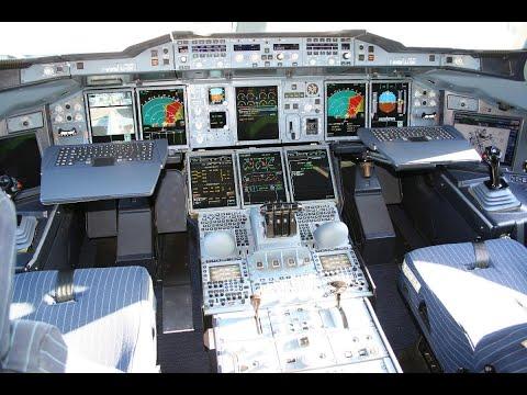 طفل سعودي يتحدث اللغه الانكليزية بطلاقة ويفاجئ قبطان الطائرة بتفاصيل كابينه الطائرة