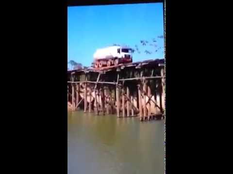Caminhão cai no rio após tentar atravessar ponte de madeira