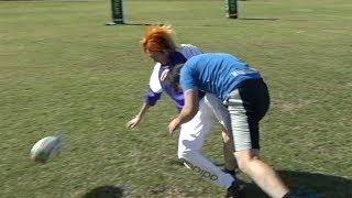 蹴り上げたラグビーボールをノーバウンドでキャッチするやつ