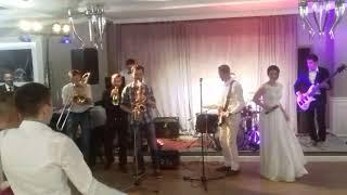 Жених и невеста поют
