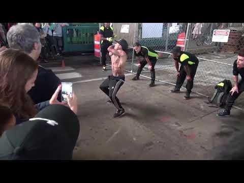 Уличный танцор на Таймс Сквер в Нью Йорке глотает горящие сигареты