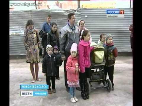В Новочебоксарске многодетным родителям вручили ключи от новой квартиры