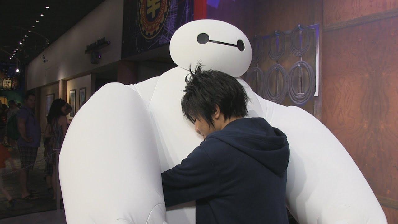 Hiro Amp Baymax From Big Hero 6 Meet Guests At Disney S