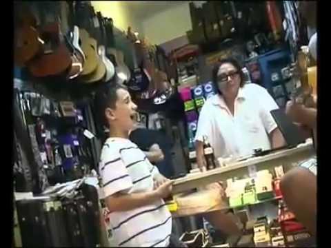 Niño prodigio en una tienda de música.