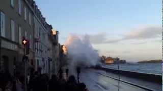 St Malo le 2 février 2014 grande marée : sur le Sillon, le parapet cède.