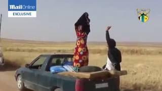 صور تبين لحظة خلع نساء سوريات للنقاب الذي فرضه عليهن داعش