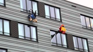 Ayers Rock Zoetermeer Zwarte Pieten abseilen van gebouw Sinterklaas
