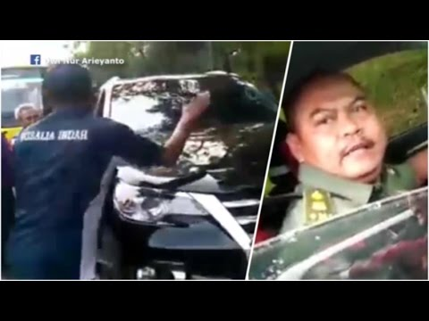 Pria Berseragam TNI Ngamuk Pecahkan Kaca Bus, Ditantang Turun Malah Kabur1