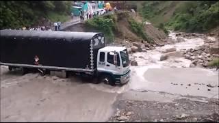 Un conductor arrastrado por un río sin que nadie pueda ayudarlo.