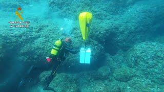 La Guardia Civil recupera en el mar una caja fuerte con 1.000 euros