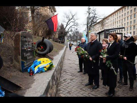Петро Порошенко: Порошенко вшанував пам'ять загиблих Героїв Небесної Сотні Сергія Нігояна та Михайла Жизневського
