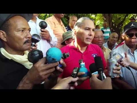 Enfrentan con bombas lacrimógenas a policías y militares pensionados que protestaban