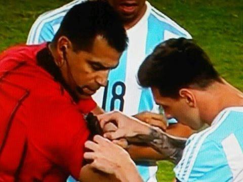 Ricardo Salazar, el árbitro del partido, le pide ayuda a Messi para activar el cronómetro.