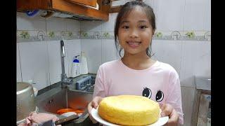 Bé tự làm bánh bông lan bằng nồi cơm điện | Kitty Tv