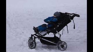 Подросток в 30-градусный мороз наткнулся на брошенную коляску! Вот что он сделал