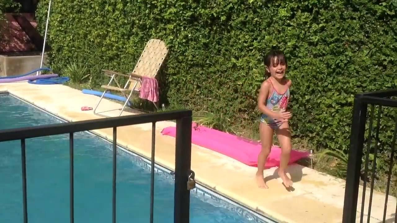 Jugando en la pileta ni a tira a su hermano en la piscina for Piscina villares de la reina