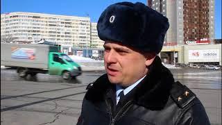 Подполковник полиции дарил женщинам цветы на Предмостовой площади