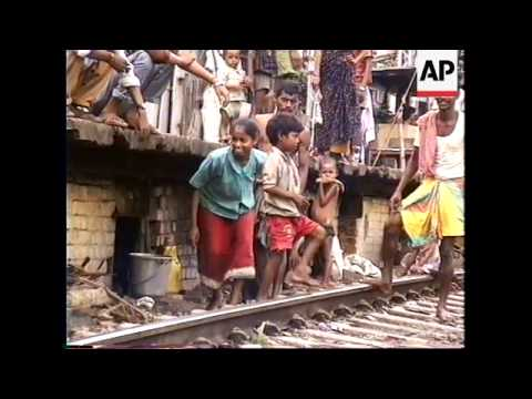 INDIA: CALCUTTA: RAILWAY PLATFORM FAMILIES thumbnail