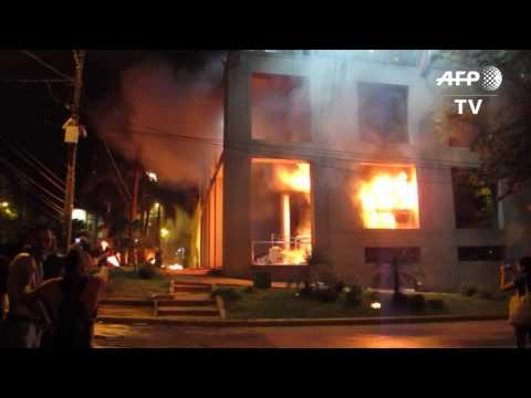 Furious protesters set fire to Paraguay's congress