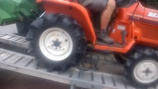 Zjazd po rampie traktorkiem ogrodniczym Kubota Bulltra B1-14. www.akant-ogrody.pl