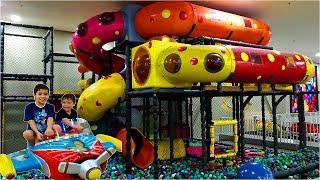 DIVERSÃO COM O IRMÃO NO PLAYGROUND INFANTIL NO SHOPPING | Fun Indoor Playground for Kids Play Time