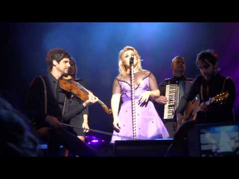 Kelly Clarkson DON'T YOU WANNA STAY - acoustic solo DARIEN LAKE SEPT 4 2013