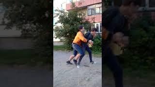 Обычный паренек показывает уроки рукопашного боя