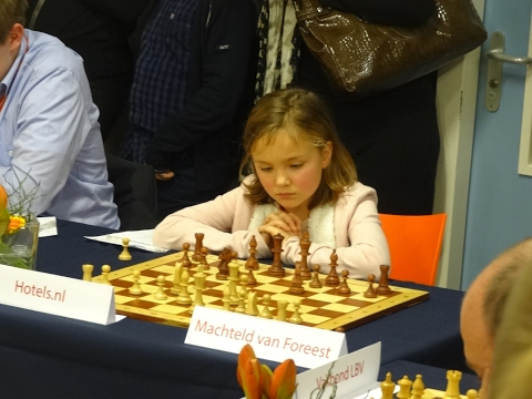 World Chess Champion Carlsen vs 9year old girl !!!