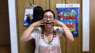 英語で絵本の読み聞かせをしているお父さんお母さん!始める前に手遊び歌...