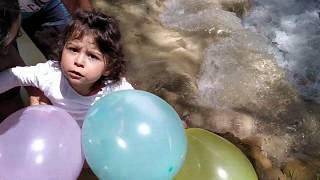 Ayşe Ebrar ve Babası Suda Balon Kapmaca Oynuyor Bakalım Kaç Tane Balon Yakaladılar !