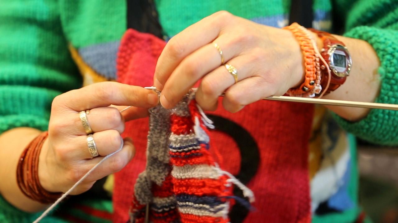 Insolite : Elle tricote plus vite que la lumière ! (vidéo ...