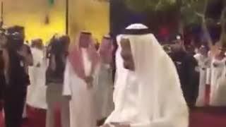 الملك سلمان ينادي شاعر العرضه ويغير البيت الى (عبدالعزيز اللي حكم نجد وحمى ديارها) جعلني ما ابكيك ا