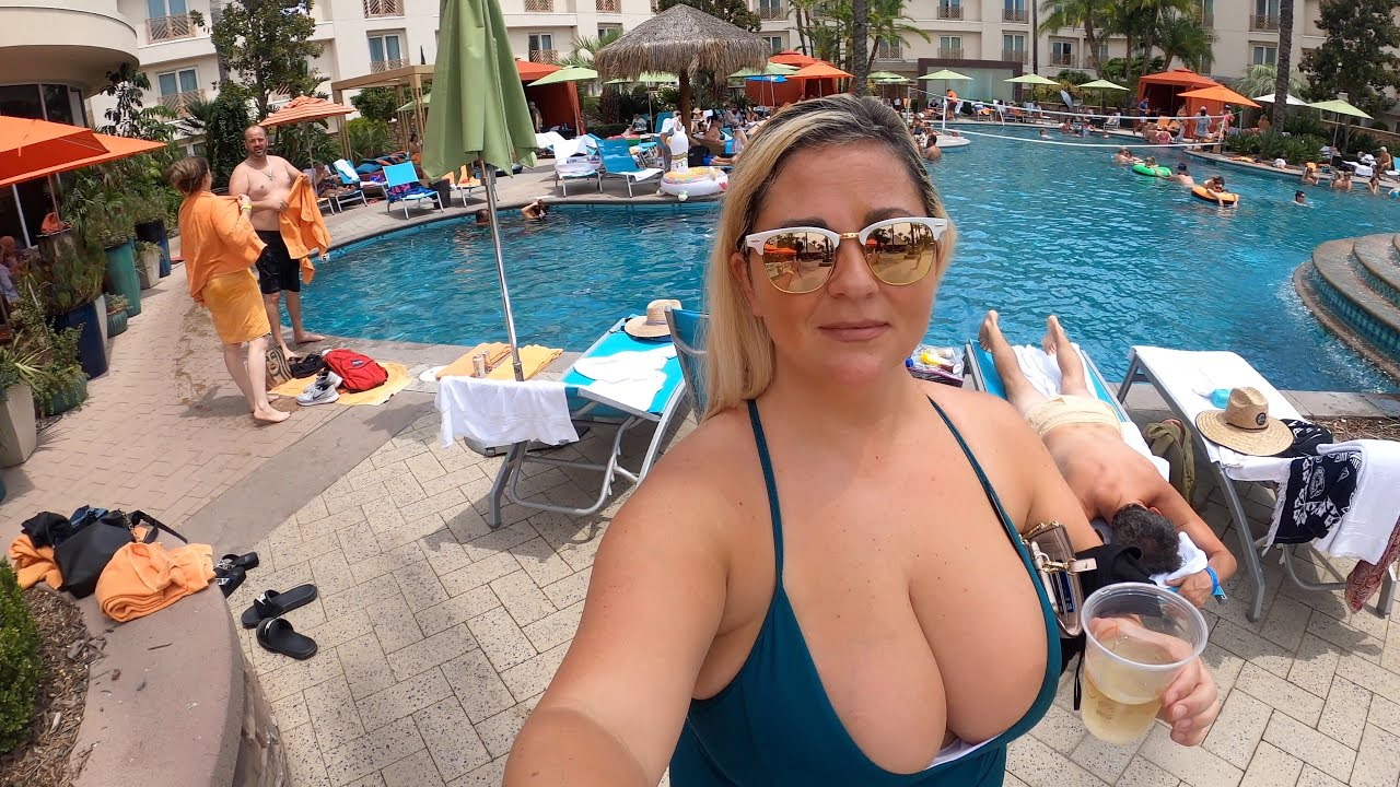 Harrahs Hotel and Casino Funner, California Pool Party