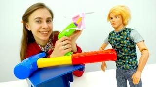 Кен собирает мебель для Барби на День Святого Валентина