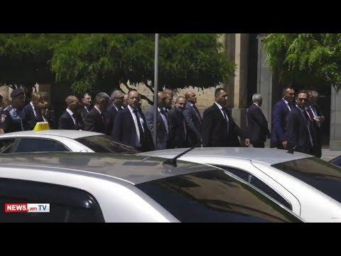 Լարված իրավիճակ.Նիկոլ, մի վախեցիր. Փաշինյանն ու Տուսկն անցան բողոքի ակցիա անող՝ Քոչարյանի աջակիցների կողքով . Տեսանյութ