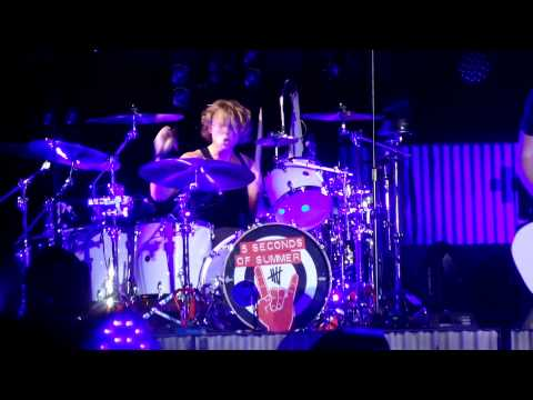 5 Seconds Of Summer - Wrapped Around Your Finger - May 4, 2015 (Lisbon, Portugal)
