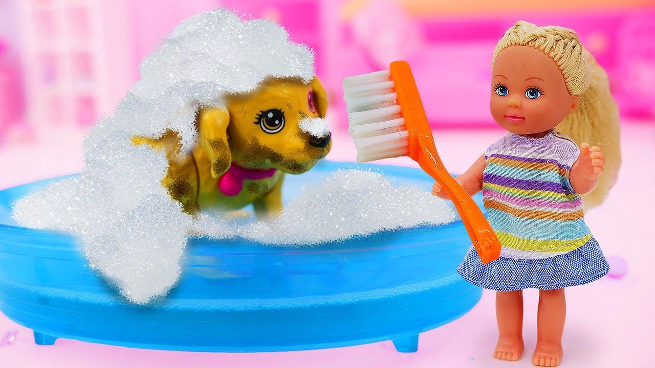 Video e giochi per bambini. Evi fa il bagnetto al suo cane. La famiglia di Barbie.