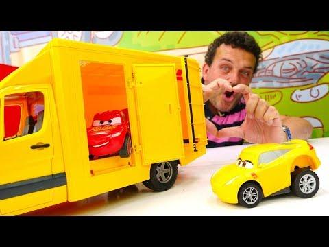 McQueen muestra sus trucos en la piscina. Colección de coches. Videos de juguetes de Rayo MacQueen.