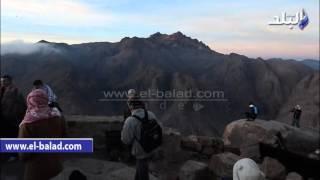 بالفيديو والصور.. الروم الأرثوذكس فى رحلة الحج فوق جبل موسى بسيناء.. الصعود يبدأ 12 ليلا ويستمر 5 ساعات لبلوغ القمة