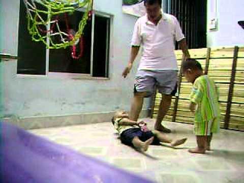 Cha con Khôi Khải cùng chơi đùa đêm 30 Tết Tân Mão 2011 Feb