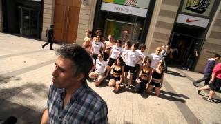 Greenpeace organise un strip tease géant sur les Champs Elysées